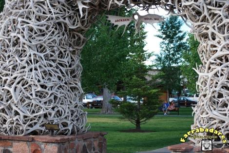 Arco feito de chifres de veados na praça central da cidade de Jackson