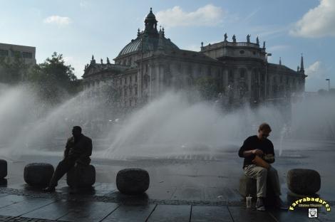 Karlsplatz - fonte e e Justplatz ao fundo