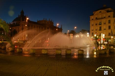 Fonte na Karlsplatz a noite